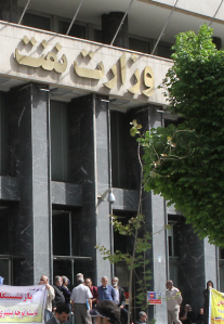 تجمع بازنشستگان پالایشگاه نفت ایران در مقابل وزارت نفت